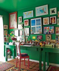 A mesa do escritório veio do antigo apartamento do diretor de arte de cinema Thiago Bastos. Ela determinou a cor nas paredes, no mesmo tom de verde