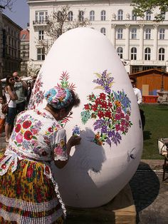 Hungarians decorate Easter eggs using traditional designs. Another tradition during Easter is the sprinkling of women's Hungary Budapest Hungary Folklore, Villa Romaine, Hungary Travel, Hungarian Embroidery, Easter Traditions, Thinking Day, Egg Art, Arte Popular, Central Europe