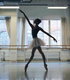Dance Photography Poses, Dance Poses, Ballet Pictures, Dance Pictures, Dance It Out, Just Dance, Learn To Dance, Ballet Beautiful, Ballet Dancers