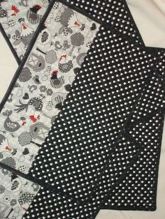 Live this fabric 🐓 Quilted Placemat Patterns, Mug Rug Patterns, Quilt Patterns, Sewing Patterns, Fabric Placemats, Table Runner And Placemats, Quilted Table Runners, Fabric Crafts, Sewing Crafts