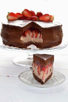 To tort urodzinowy mojego taty. Przepyszne ciasto, które przygotowuje się bardzo szybko. Gruba warstwa (jeszcze dość kwaśnych) truskawek c...