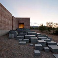 Diapositiva 3 de 8: Nadie dijo que la escalera debe estar hecha de peldaños convencionales. El equipo arquitectónico de DUST proyectó los escalones prismáticos del Tucson Mountain Retreat como parte del contexto desértico de Arizona.