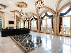 The luxurious property is valued at $19,9 million and houses an incredible number of 11 bathrooms and 9 bedrooms, a huge pool and a ballroom.