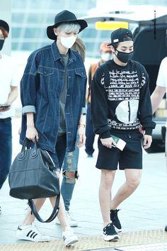 EXO Park Chanyeol and Xiumin (Kim Minseok); Incheon Airport to Taipei Airport Exo Xiumin, Kpop Exo, Park Chanyeol, Kpop Fashion, Korean Fashion, Mens Fashion, Airport Fashion, My Life Style, Mode Style