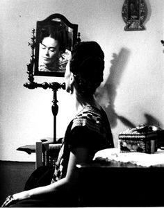 """Frida Kahlo en una sesión de fotos artísticas, reflejada sobre un espejo  Ella decía: """"Creían que yo era surrealista, pero no lo era. Nunca pinté mis sueños. Pinté mi propia, pobrecita y triste realidad."""" #fridakahlo"""