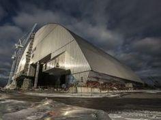 Tchernobyl : la super-arche de confinement poussée en place
