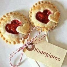 Pie Pops wedding food – Our wedding ideas Mini Desserts, Dessert Recipes, Plated Desserts, Pie Pops, Strawberry Hearts, Valentines Food, Valentine Heart, Minion Valentine, Mini Pies