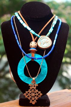 Island Style Leather and Blue Shell Hoop Bohemian Statement Necklace Tribal Necklace, Circle Necklace, Pendant Necklace, I Love Jewelry, Ethnic Jewelry, Jewelry Making, Statement Jewelry, Wire Jewelry, Gold Chain Choker