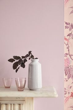 De verfkleur Hortense 266 en behang Paradise - Pink van LITTLE GREENE. www.littlegreene.nl. roze | verf | muurverf | behang | muurdecoratie | interieur | design | interieurdesign | styling | wooninspiratie | wonen | woonkamer | living