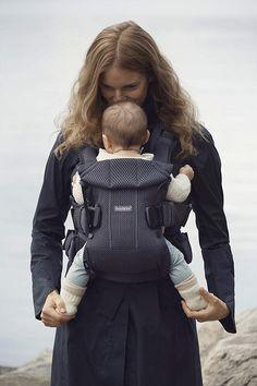 Eine #Babytrage bietet viel Komfort und maximale Flexibilität. Du hast nicht nur zwei Hände frei, sondern förderst auch dein Kind. Als Traglinge brauchen sie deine Nähe und die sensorische Stimulation durch das Tragen. Vergleiche hier #Babybjörn, #Ergobaby, #Manduca und andere praktische Tragen. Painted Jeans, Komfort, Leather Backpack, Pictures, Bags, Fashion, Newborns, Two Hands, Kids