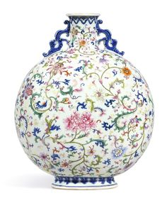A fine and brilliantly enamelled famille-rose moonflask, seal mark and period of Qianlong - Alain. Porcelain Ceramics, China Porcelain, Ceramic Art, Porcelain Tiles, Painted Porcelain, Hand Painted, Chinese Crafts, Chinese Art, Decoration Baroque