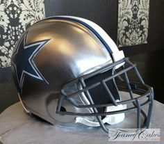 Dallas Cowboys Football Helmet Grooms Cake - the use of the stenciled logo and steel face mask make the cake look more realistic. #footballwedding Dallas Cowboys Cake, Cowboys Football, Football Wedding, Sports Wedding, Football Helmet Cake, Cowboy Food, Sports Themed Cakes, Cowboy Cakes, Cake Show