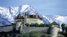 Gruyères Castle with swiss Alps, Switzerland Oh The Places You'll Go, Places To Travel, Places To Visit, Beautiful Castles, Beautiful Places, Chateau Moyen Age, Train Route, Excursion, Voyage Europe