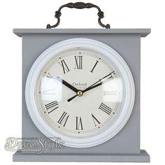 Tafelklok Oxford Grijs  Houten tafelklokje met de tekst: Oxford Clock & Co Voor de wijzers zit een plexyglasplaat. Met Quartz uurwerk. Werkt op 1 penlight batterij. Een sieraad voor in uw huis. Kleur: Grijs Materiaal: Hout Vervaardigd door: Clayre & Eef Afmetingen: Hoogte: 18 cm Breedte: 18 cm Diepte: 6 cm