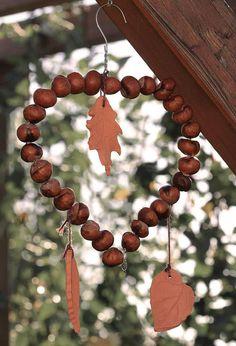 Zutaten: Kleiderbügel aus der Reinigung, Kastanien und getöpferte Herbstblätter... https://fbcdn-sphotos-c-a.akamaihd.net/hphotos-ak-prn1/552169_440464319335155_70838144_n.jpg