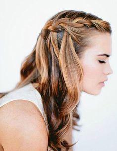 Une couronne de tresses collées en cascade Sur des cheveux ondulés, on réalise une couronne tressée en demi-queue de laquelle on laisse tomber en cascade qu...