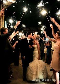 Si tu boda es por la noche esta puede ser una hermosa foto para el recuerdo.