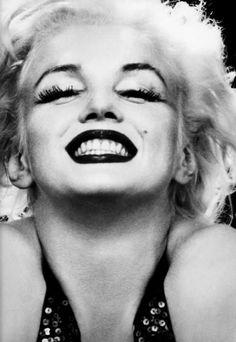 Marilyn! Sou tão atrevida a ponto de dizer que tem um pouco de mim na tua pessoa. Ou o contrário. Sabe, essa passionalidade que outrora compunha tua alma vive em mim. Além de eu ser carente: precisada de abraços, carinho e atenção. E é claro, de me faltar colo de mãe e ombro de pai. Acho que já vi essa história em algum lugar, não é Marilyn?