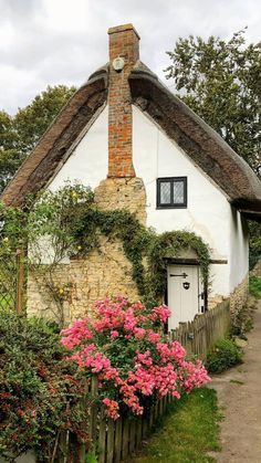 Cottage In The Woods, Rustic Cottage, Cozy Cottage, Cottage Living, Cottage Homes, Brick Cottage, Cottage Pie, English Cottage Interiors, English Cottage Style