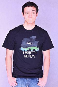 T-shirt I Want to Believe Dit rechte model T-shirt voor mannen is gemaakt van voorgekrompen ringgesponnen katoen en bedrukt met een ontwerp van de bekende grafisch designer JordyTheGnome. (Jordy The Gnome) De hoge kwaliteit en goede verwerking zijn zichtbaar in de dubbele naden aan de mouwen en de zoom en de tweevoudig gelegde kraag in 1X1 ripp.