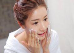 Sử dụng sữa rửa mặt trị mụn đầu đen là bước quan trọng giúp bạn loại bỏ sạch mụn đầu đen trên khuôn mặt. Bạn hãy theo dõi bài viết dưới đây để dùng đúng cách nhé.