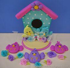 LaBu: ADORNO PARA TORTA: Casita de pajaritos. Biscuit, Clay Birds, Bird Party, Clay Figurine, Pasta Flexible, Diy Clay, Cold Porcelain, Clay Art, Bird Houses