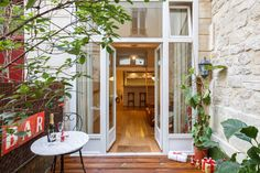 Apartamento em Paris, França. Discover the charm of Parisian holidays in this cosy loft located a few minutes walk to Montmartre and to the Champs Elysées!    Discover the charm of Parisian holidays in this cosy loft with terrace located a few minutes walk to Montmartre and to...