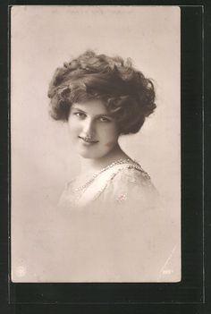 old postcard: Foto-AK NPG NR 2657: Porträt einer Frau mit Halskette
