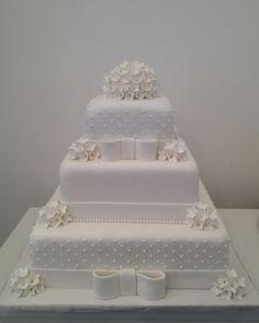 Bolo com cobertura de pasta americana e flores de açúcar; do Atelier Danielle Andrade Sweet & Cake (www.danielleandrade.com.br)