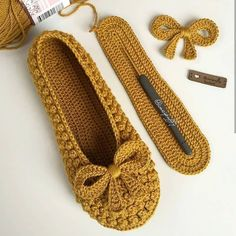 Delicate crochet shoes with step by step Crochet Booties Pattern, Crochet Slipper Pattern, Crochet Shoes, Crochet Slippers, Knit Crochet, Pinterest Crochet, Knitting Patterns, Crochet Patterns, Bobble Stitch