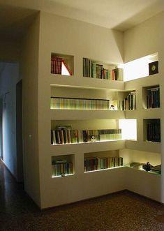 Librera hecha de tablayeso con luz indirecta, hecha como una continuación de la pared con nichos para libros o piezas decorativas.