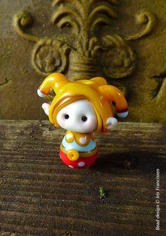 Kleine Narren Gnome mit gelber Kappe Glasperle Lampwork Kiefer-Gnome 1 hoch: 2,7 cm (1 Zoll) Beadhole: 1,5 mm (0,06 Zoll) Meine Glasperlen sind mit