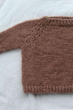 Denne lille samling indeholder både opskriften på stjernehimmelsweater og cardigan, samt hverdagssweater og cardigan i ministørrelser Alle modellerne strikkes oppefra og ned med mønster eller raglan udtag, som former ærmerne. Sweater og cardigan er perfekt til både store og små, hverdag og fest. Størrelser9-12 mdr (1 Chrochet, Crochet Yarn, Knitting Yarn, Baby Knitting, Bindi, Knitting For Kids, Knitwear, Kids Fashion, Pullover