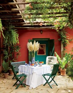 We find beautiful alfresco table settings to inspire your outdoor decor for the post-winter weather