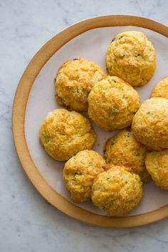 These Havarti and Green Onion Cornmeal Drop Biscuits are an easy addition to a great dinner! We love pairing our cornmeal biscuits with a hearty chili. Kebabs, Cornmeal Biscuits Recipe, Cheddar Biscuits, Spoon Fork Bacon, Spoon Bread, Drop Biscuits, Savarin, Us Foods, Side Dish Recipes