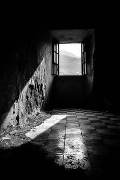 Effective black and white photography. Shadow Photography, Dark Photography, Monochrome Photography, Black And White Photography, Black And White Photo Wall, Photo Black, Black White Photos, Gray Aesthetic, Black And White Aesthetic