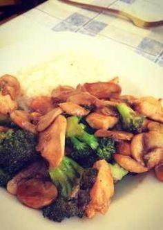 Pollo, brócoli y champiñones con salsa de soja