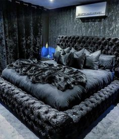 Now this is something particularly for black color lovers r u from that category? A room should never allow the eye to settle in one place. It should smile at you and create fantasy home decor decoration salon decoration interieur maison Room Ideas Bedroom, Bedroom Inspo, Home Decor Bedroom, Living Room Decor, Master Bedroom, Mens Room Decor, Black Bedroom Furniture, Ikea Bedroom, Bedroom Bed