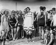 Contestants (and onlookers) at a beachside beauty pageant, in or near Washington, D.C., July 26, 1919. #vintage #1910s #swimsuits
