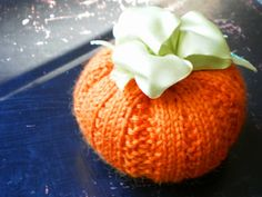 Free Knit Pumpkin Pattern - includes favor cup variation - via Handmade by ANNE POTTER Scary Pumpkin Carving Patterns, Easy Pumpkin Carving, Diy Pumpkin, Pumpkin Patterns, Pumpkin Crafts, Halloween Knitting Patterns, Knitting Patterns Free, Knitting Projects, Knitting Ideas