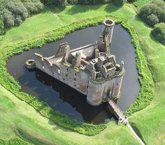 Caerlaverock Castle, sur la côte sud de l'Ecosse, à 11 kilomètres au sud de Dumfries, sur le bord de la réserve naturelle nationale Caerlaverock.