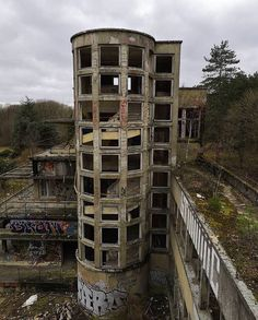 Derelict Places, Abandoned Places, Haunted Places, Beautiful Buildings, Beautiful Places, Monuments, Urban Decay Photography, Desert Places, Old Abandoned Buildings