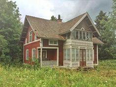 Old Swedish house decaying Swedish Cottage, Red Cottage, Cottage Homes, Red Houses, Old Farm Houses, This Old House, House In The Woods, Sweden House, House Siding