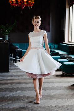 Be-Bop-A-Lula, heiraten im Rockabilly Kleid ist einfach cooler! Und süß dazu, schau' dir mal die Pünktchen und die bezaubernde Knopfleiste auf dem transparenten Tüll an. Petticoatfarbe wählen und dann wird gefeiert, yeahhhh!