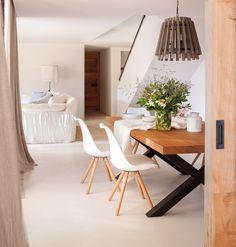 1. Comedor con sillas blancas, mesa de madera con patas negras y lámpara de techo de fibra natural-00436704