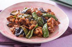 薄切り肉は、短時間でカラリと香ばしく揚がります。たれにとろみがついたら揚げた肉と野菜を加え、そのあとは煮すぎないようにしましょう。