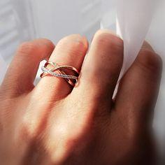 Žiadny drahokam doposiaľ neprekonal záujem ľudstva o diamanty. Pri pohľade na neprehliadnuteľný prsteň Tangle vieme veľmi dobre všetky vášne tohto druhu pochopiť – výrazný, pritom jemný, súzvukom s ružovým zlatom prekypujúci šperk dáva tušiť každej esteticky naladenej duši, že toto je pre ňu to pravé. A aby ste sa zo svojho miláčika mohli tešiť čo najdlhšie, poskytujeme pre vás viacero benefitov, či už v podobe Doživotnej záruky proti vypadnutiu kameňa alebo Bezplatného servisu. Statement Rings, Tangled, Silver Rings, Pure Products, Stylish, Jewelry, Jewlery, Rapunzel, Jewerly