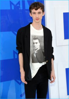 Troye Sivan sports slouchy proportions at the 2016 MTV Video Music Awards.