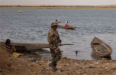 15.02.13 / Les islamistes rôdent toujours autour de Gao / Un soldat nigérien monte la garde le long du fleuve Niger.