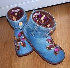 Tutorial: cowboy shoes with free pattern! Denim Shoes, Shoes With Jeans, Denim Outfit, Jeans And Boots, Jean Crafts, Denim Crafts, Felt Shoes, Baby Shoes, Cowboy Shoes
